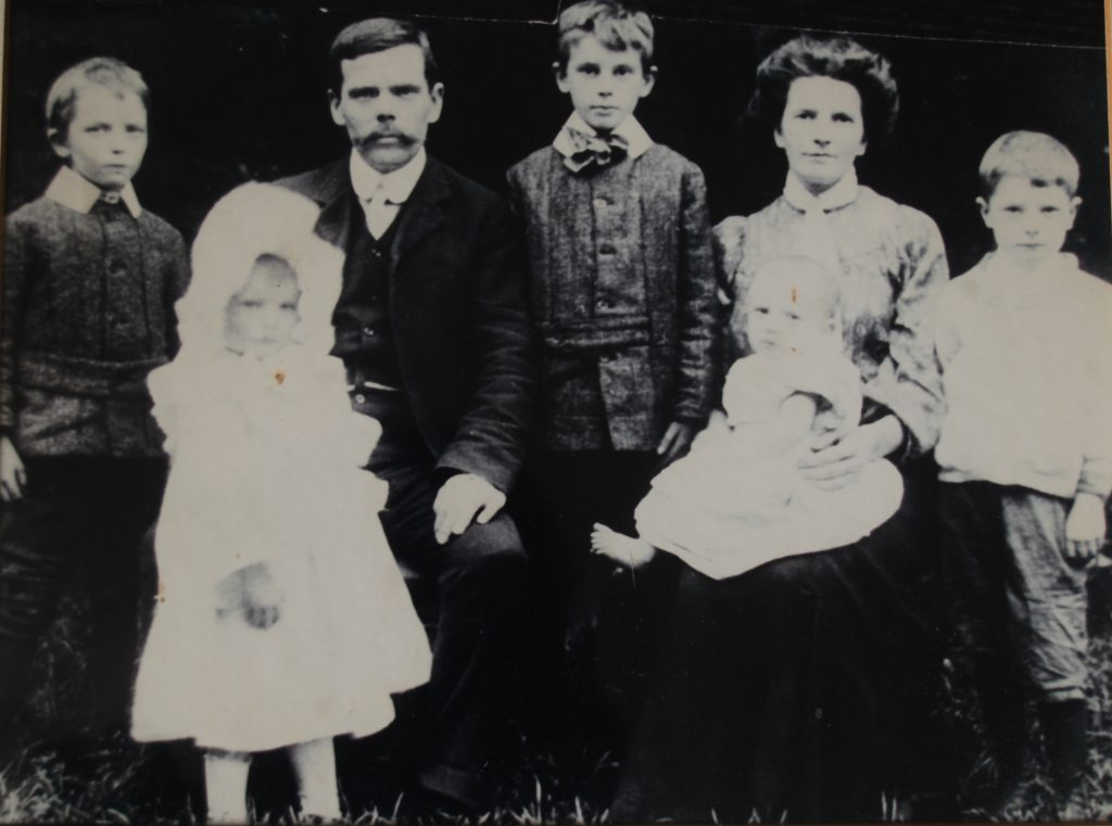 A photograph of the Barry family from the turn of the centry